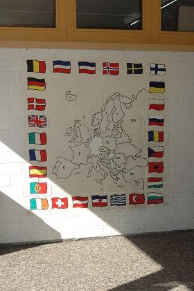 Die Flaggenwand im überdachten Eingangsbereich