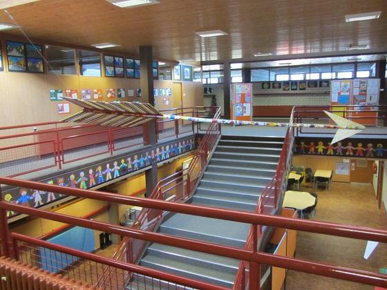 Schulhaus-innen02 Treppenhaus 560px